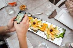 Cliente que fotografía la comida Fotos de archivo