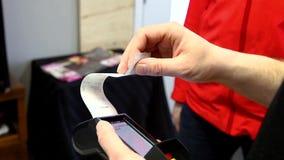 Cliente que paga com um débito de Wi-Fi e uma máquina de cartão do crédito filme