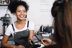 Cliente que paga con su teléfono móvil Imagen de archivo