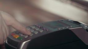 Cliente que paga con tecnología de NFC por el teléfono móvil en el terminal en café moderno almacen de video