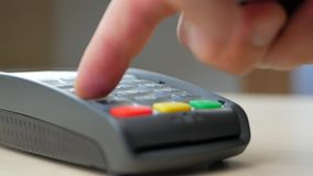 Cliente que paga su orden con una tarjeta de crédito almacen de video