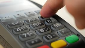 Cliente que paga su orden con una tarjeta de crédito almacen de metraje de vídeo