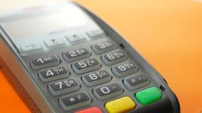 Cliente que paga a un comerciante con el teléfono móvil con tecnología de NFC almacen de metraje de vídeo
