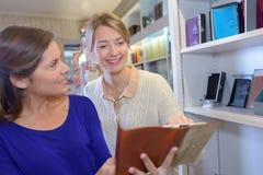 Cliente que pede conselhos sobre diários Foto de Stock