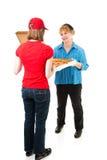 Cliente que recebe a entrega da pizza Fotografia de Stock