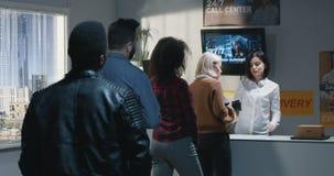 Cliente que se queja por servicio en centro de entrega almacen de video