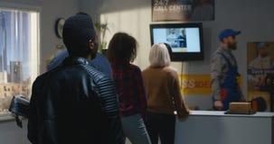 Cliente que se queja por servicio lento en centro de entrega almacen de video