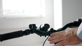 Cliente que testa uma bicicleta em uma loja com acessórios do esporte vídeos de arquivo