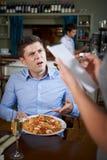Cliente in ristorante che sporge querela alla cameriera di bar About Food fotografia stock