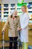 Cliente satisfecho de la farmacia con el farmacéutico Fotografía de archivo