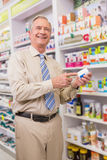 Cliente sorridente che mostra una medicina Fotografie Stock