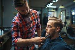 Cliente in un negozio di barbiere fotografia stock libera da diritti