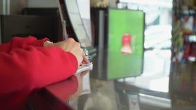 Cliente y empleado en el contador de la orden almacen de metraje de vídeo