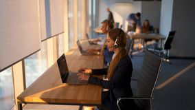 Clientes asesores del centro de atención telefónica en centro de negocios de cristal moderno almacen de video