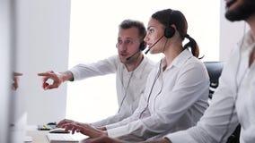 Clientes asesores del operador de centro del contacto en centro de atención telefónica almacen de video