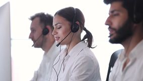 Clientes asesores del operador de centro del contacto en centro de atención telefónica metrajes