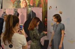 Clientes da reunião de Alexa Chung em marcas e em Spencers Imagens de Stock Royalty Free
