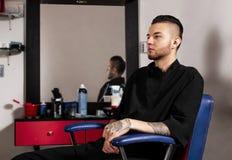 Clientes de espera do barbeiro imagens de stock