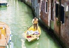 Clientes de espera do Gondolier em Veneza, Italy Foto de Stock
