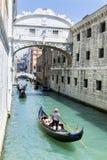 Clientes de espera do Gondolier em Veneza, Italy Imagens de Stock Royalty Free