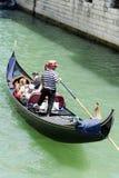 Clientes de espera do Gondolier em Veneza, Italy Fotos de Stock Royalty Free