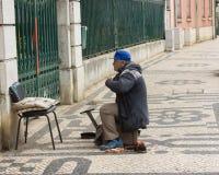 Clientes de espera do Shoeblack em Lisboa, Portugal Foto de Stock Royalty Free