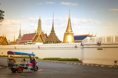 Clientes de espera do táxi de Tuk Tuk sobre Wat Phra Kaeo Imagem de Stock