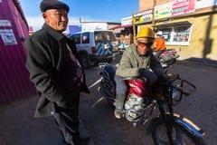 Clientes de espera do taxista da motocicleta perto do mercado da cidade Em Bayan-Olgiy a província é povoada a 88,7% por Kazakhs Foto de Stock