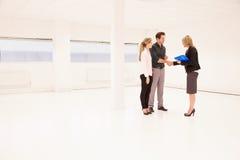 Clientes de Shaking Hands With del agente de la propiedad inmobiliaria en oficina vacía Fotografía de archivo