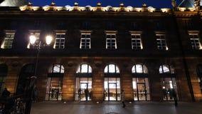 Clientes delante de la fachada de Apple Store en Estrasburgo Francia almacen de metraje de vídeo