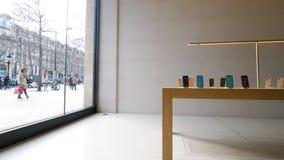 Clientes dentro de la tienda ic?nica Par?s de Apple Store Champs-Elysees metrajes