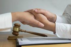 Clientes do toque e do respeito do advogado para confiar a parceria Conceito da promessa da confiança foto de stock royalty free
