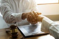 Clientes do toque e do respeito do advogado para confiar a parceria Conceito da promessa da confian?a fotos de stock royalty free