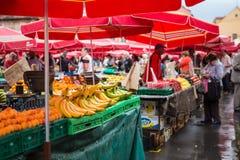 Clientes e vendedores no mercado de Dolac imagem de stock royalty free