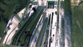 Clientes em escadarias moventes em um shopping moderno, vista de cima de Foto de Stock