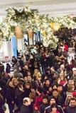Clientes em Macy no dia da ação de graças, o 28 de novembro de 2013 Fotografia de Stock Royalty Free