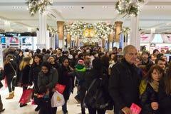 Clientes em Macys no dia da ação de graças, o 28 de novembro Fotografia de Stock