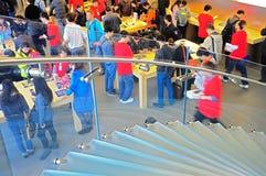 Clientes en el Apple Store Hong-Kong Imágenes de archivo libres de regalías