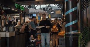 Clientes en el mercado de Sarona, centro culinario de Tel Aviv, Israel almacen de video
