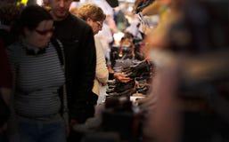 Clientes en el soporte de los zapatos en el mercado de pulgas Foto de archivo