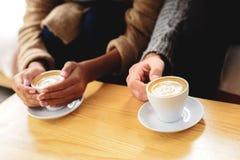 Clientes en la cafetería con macchiato del latte Fotos de archivo libres de regalías