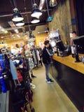 Clientes en la tienda de Superdry Imagen de archivo