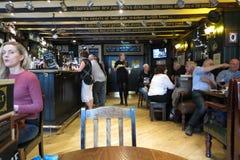 Clientes en un pub en Edimburgo Foto de archivo libre de regalías