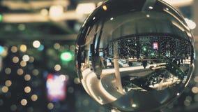 Clientes en una alameda de compras adornada por la Navidad y el Año Nuevo Visión a través de la esfera de cristal almacen de video