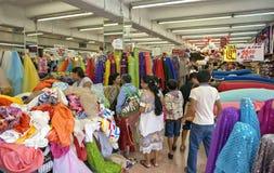 Clientes en una tienda de la tela en Merida Mexico Imagen de archivo libre de regalías