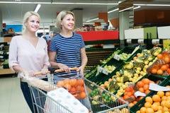 Clientes fêmeas que compram frusits frescos na despensa Fotografia de Stock Royalty Free