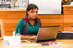 Clientes femeninos diversos que usan Internet en una cafetería imágenes de archivo libres de regalías