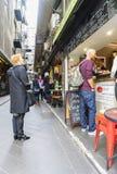 Clientes fuera de un café en Melbourne Imagen de archivo
