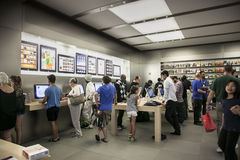 Clientes na loja da maçã na 5a avenida Fotografia de Stock Royalty Free
