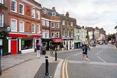 Clientes na rua de Tamisa, Windsor, Berkshire, Inglaterra, Reino Unido imagens de stock royalty free